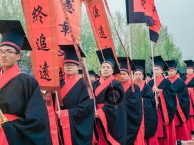 穿着汉服,他们想帮中国重回世界之巅