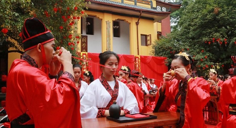 桂林一高校举行汉服集体婚礼还原千年前的汉式礼仪