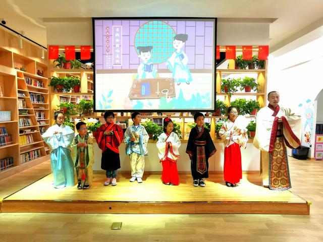 体验汉服之美 学习礼仪文化青春驿站举行精彩汉服秀