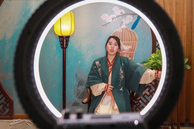 """汉服""""铁粉""""郑惠青:因美""""入坑"""",因文化而深爱"""