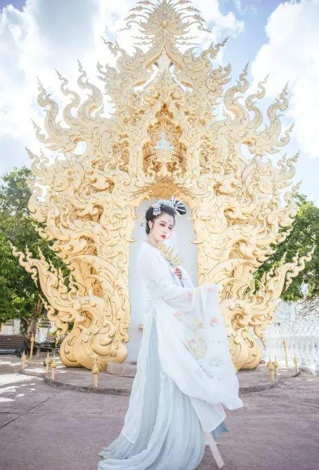 她穿汉服环球旅行被40万粉丝追捧,外国网友惊呼中国女孩真美