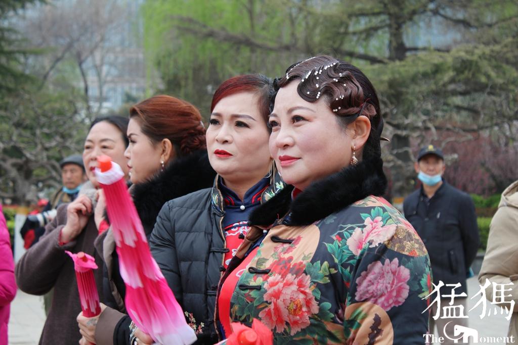 当娇艳桃花遇上传统汉服 郑州的春天惊艳