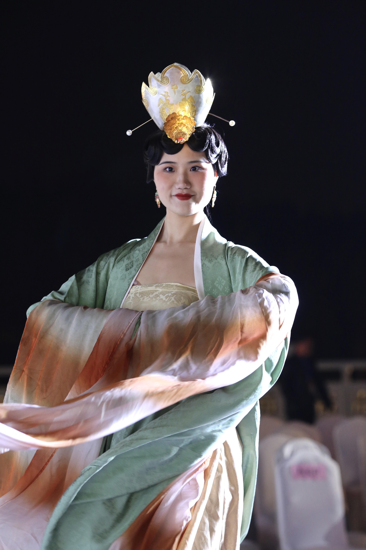 洛水华章 天香夜染——牡丹霓裳装束复原